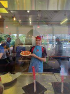 Дети готовят пиццу в лагере на Троещине